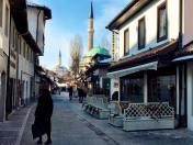 La hermosa mezquita Gazi Husrev en el Viejo Bazar