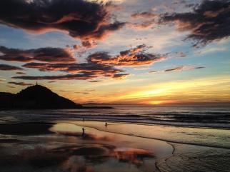 Atardecer de verano en playa de la Zurriola