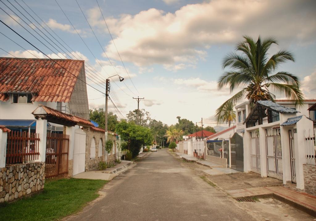 La imagen tiene un atributo ALT vacío; su nombre de archivo es neighborhood-street-in-the-conjunto.jpg